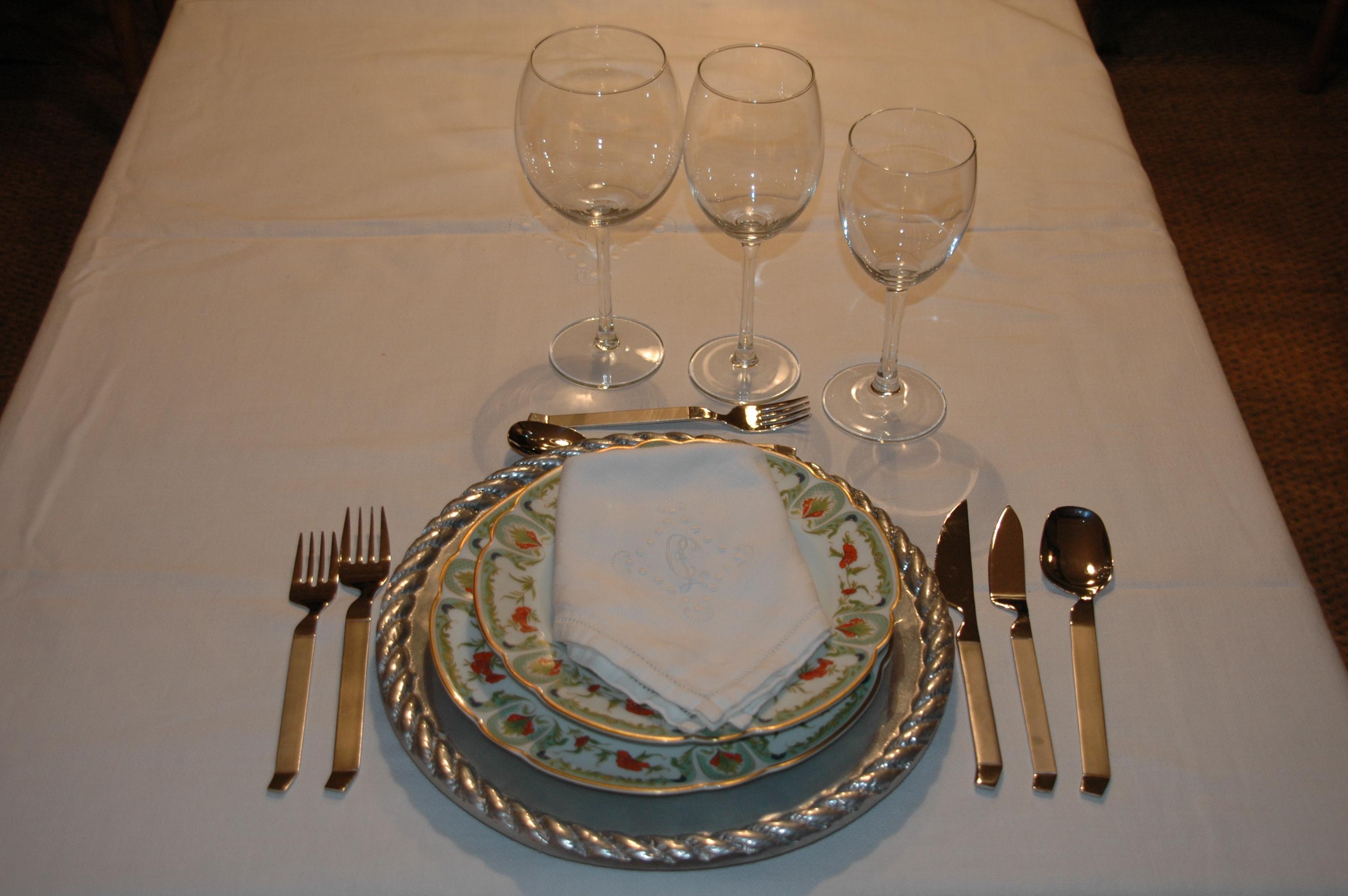 Decoraci n de la mesa protocolo a la vista for Como se colocan los cubiertos en la mesa