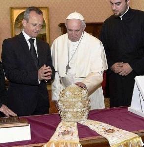 CATHOLICVS-Tiara-Papa-Francisco-Pope-Francis-Tiara-2